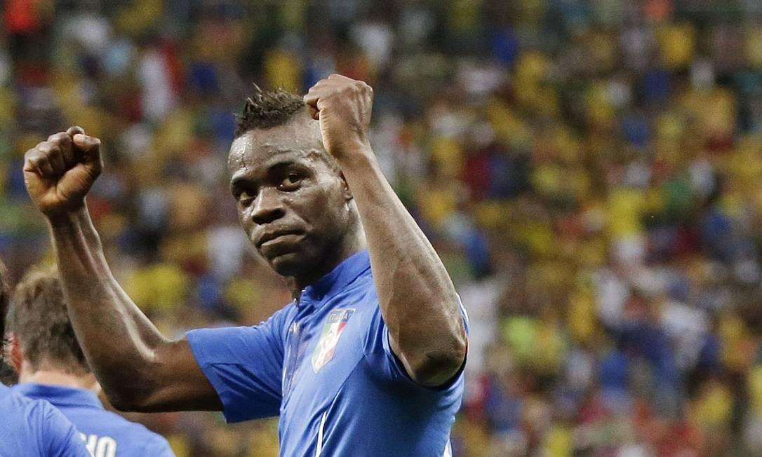 O italiano Balotelli foi embora cedo da Copa, mas fica o registro: deixou o dele pelo menos uma vez Marcio Jose Sanchez / AP