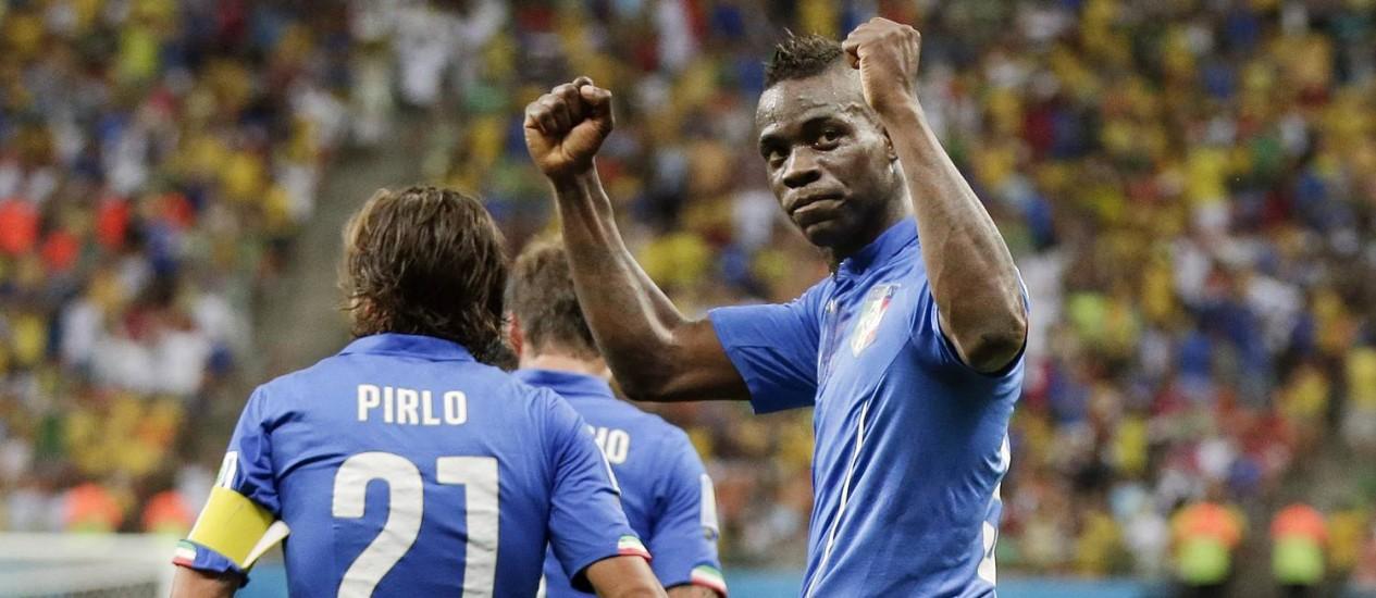 ... o italiano Balotelli, que fez o dele de cabeça ... Foto: Marcio Jose Sanchez / AP