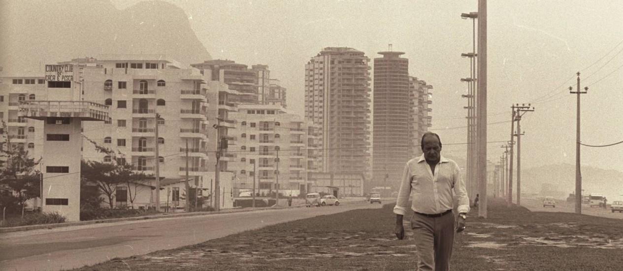"""Arquiteto caminha pela orla de uma Barra em construção: imagem está no documentário """"Bernardes"""" Foto: Sebastião Marinho (05/04/1979)"""