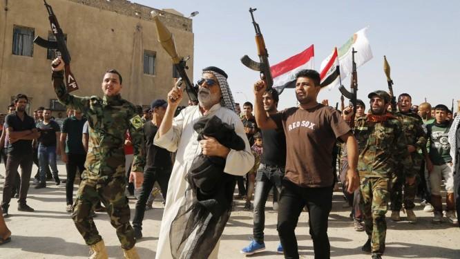 Voluntários se juntam ao Exército iraquiano para combater os jihadistas do Isis Foto: REUTERS