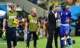 Prandelli cumprimenta Balotelli, substituído no segundo tempo