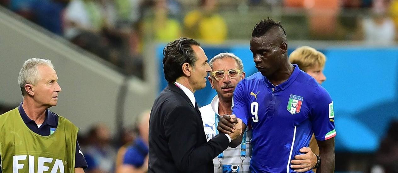 Prandelli cumprimenta Balotelli, substituído no segundo tempo Foto: GIUSEPPE CACACE / AFP