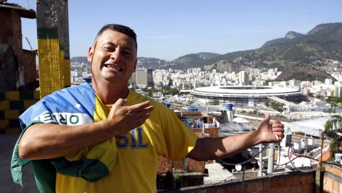 Genival da Silva Batista, o Babau, com o estádio ao fundo Foto: Agência O Globo / Luiz Morier