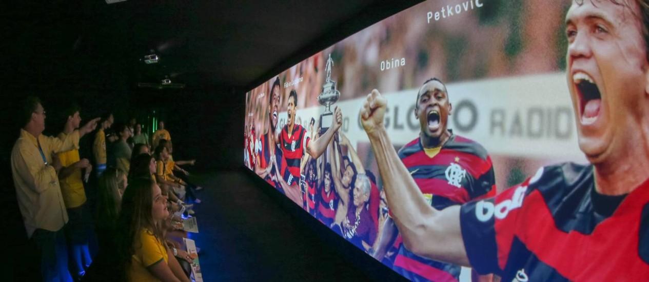 Em um dos ambientes oferecidos pelo espaço durante todo o período da Copa, os visitantes podem assistir vídeos temáticos e aprender um pouquinho mais sobre a história do esporte que é a grande paixão dos brasileiros Foto: Marco Sobral / Divulgação