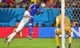 Mario Balotelli salta para marcar contra a Inglaterra. Atacante dedicou o gol da vitória à noiva, Fanny Neguesha
