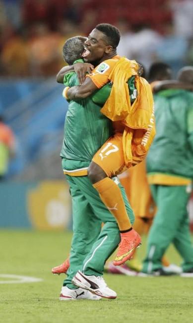 A vitória da Costa do Marfim sobre o Japão foi muito celebrada... Foto: Dolores Ochoa / AP