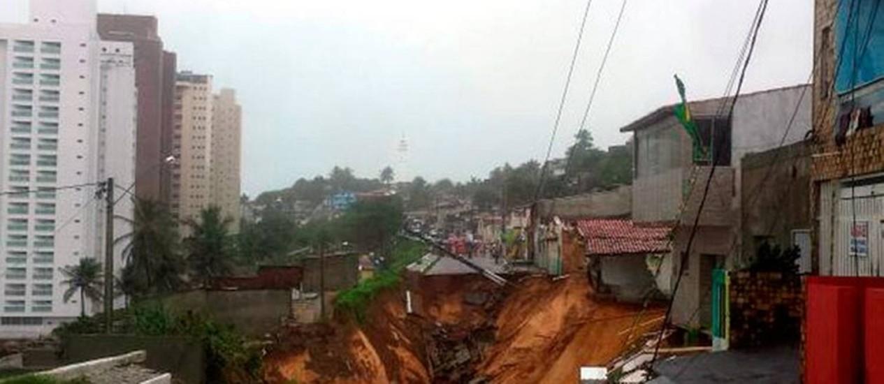 Chuva abre cratera em rua de Natal Foto: Heloísa Guimarães/ Inter TV Cabugi