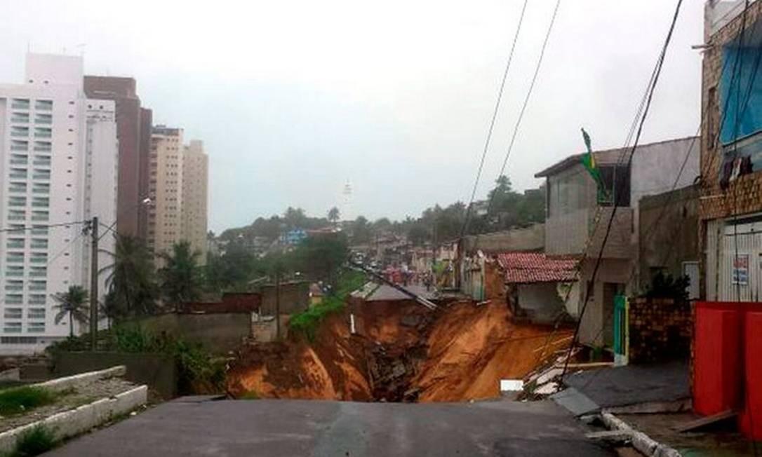 Cratera em rua de Natal Foto: Heloísa Guimarães/ Inter TV Cabugi