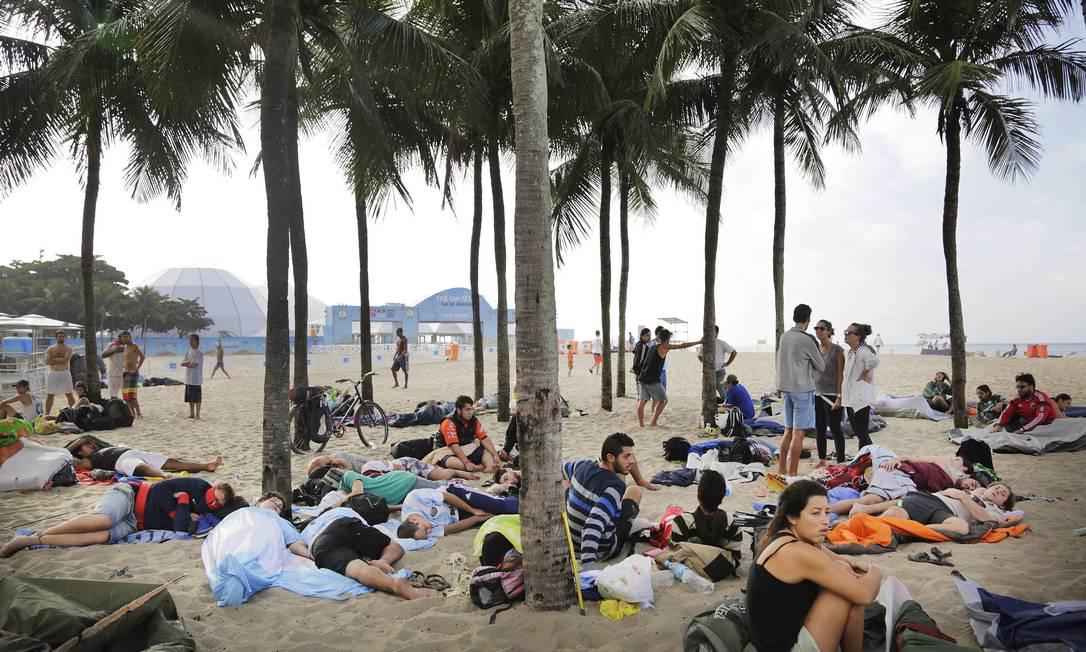 Próximo ao palco da Fifa Fan Fest, em Copacabana, argentinos usam as areias da praia como dormitório Foto: Wong Maye-E / AP