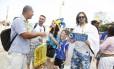 Ambulante vendia placas decorativas: os bósnios já haviam comprado mais de 500 no fim da manhã deste domingo