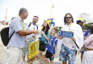 Ambulante vendia placas decorativas: os bósnios já haviam comprado mais de 500 no fim da manhã deste domingo Foto: Simone Marinho / Agência O Globo