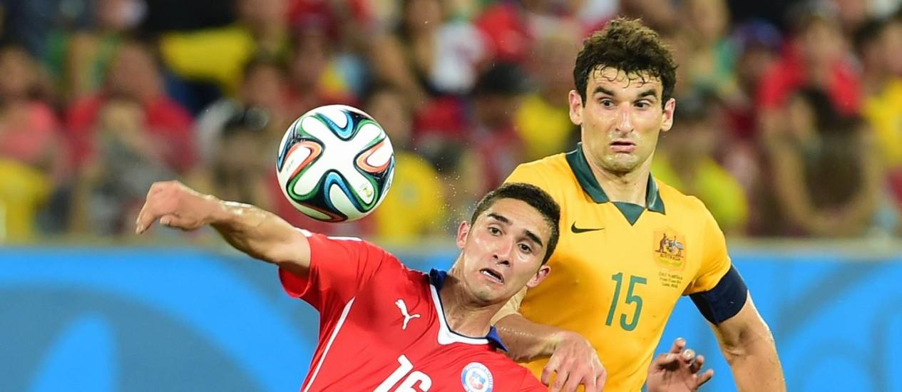 Felipe Gutierrez (à frente) na partida contra Austrália, que acabou em 3 a 1 para os chilenos Foto: AFP