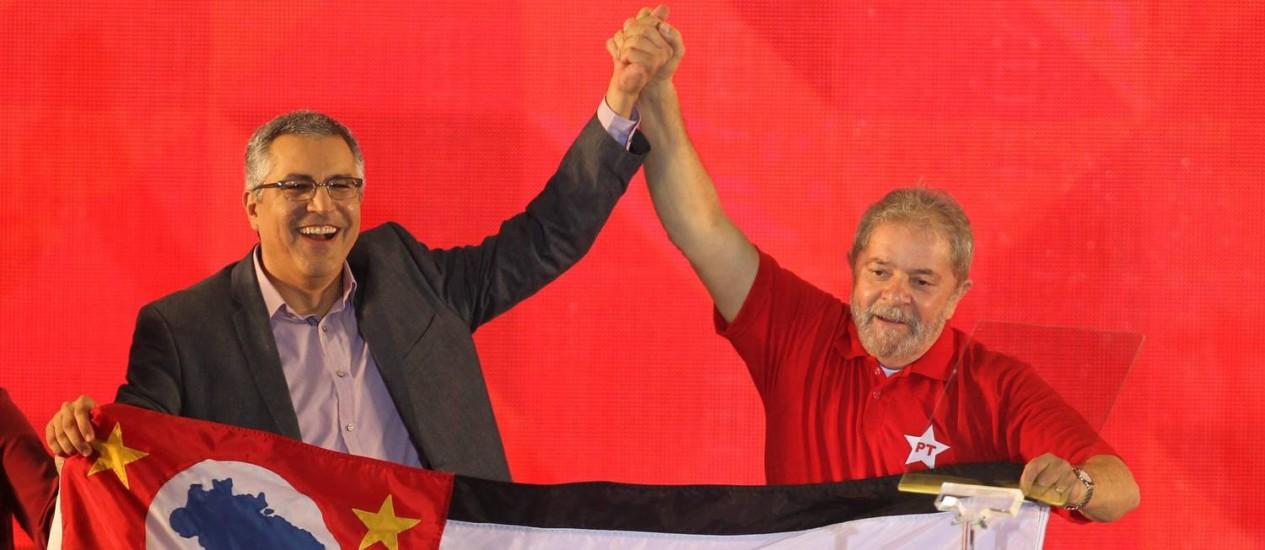 Alexandre Padilha e a mulher, Thássia Alves, recebem o ex-presidente Lula no lançamento da candidatura do PT ao governo paulista Foto: Marcos Alves / Agência O Globo