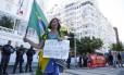 Professores fazem protesto em frente ao Copacabana Palace