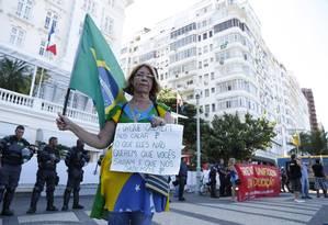 Professores fazem protesto em frente ao Copacabana Palace Foto: Simone Marinho / Agência O Globo