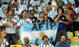 Depois de invadirem a Zona Sul do Rio nos últimos dias, argentinos migraram para o Maracanã, neste domingo, para ver a estreia da equipe na Copa