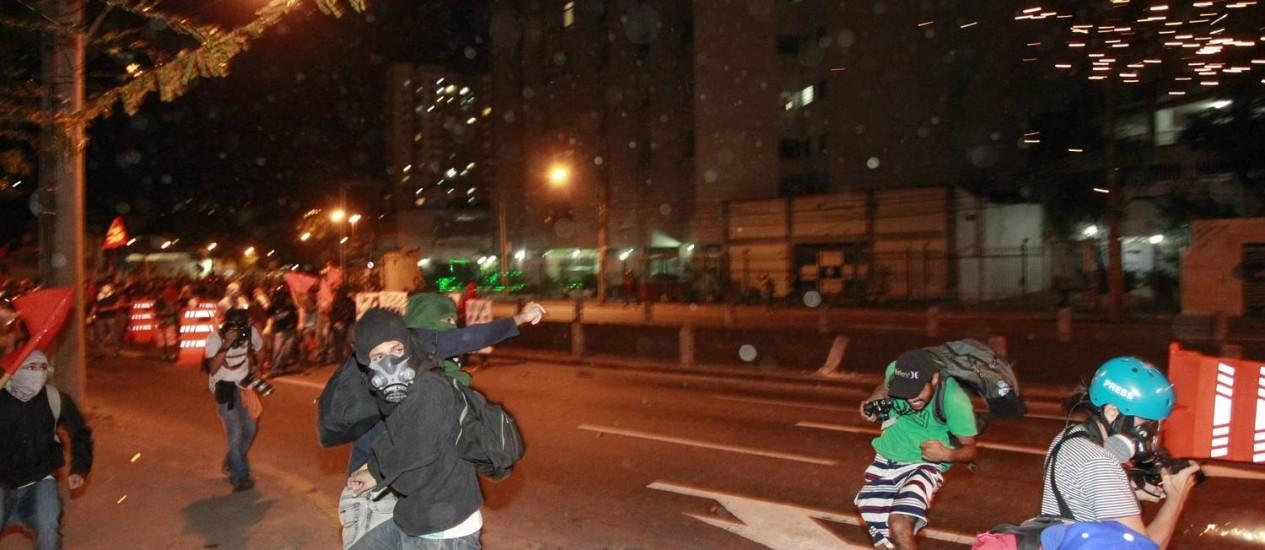 Manifestantes tentam se desviar de bombas de efeito moral Foto: Domingos Peixoto / Agência O Globo