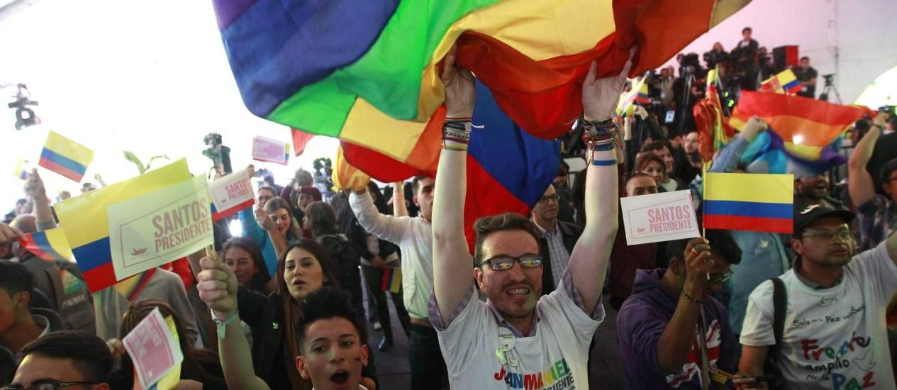 Partidários de Juan Manuel Santos comemoram vitória nas eleições presidenciais em Bogotá Foto: JOSE MIGUEL GOMEZ / REUTERS