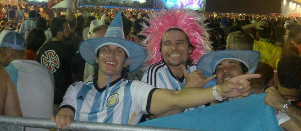 Argentinos se divertem na arena da Fifa montada em Copacabana Foto: Natália Boere / Agência O Globo
