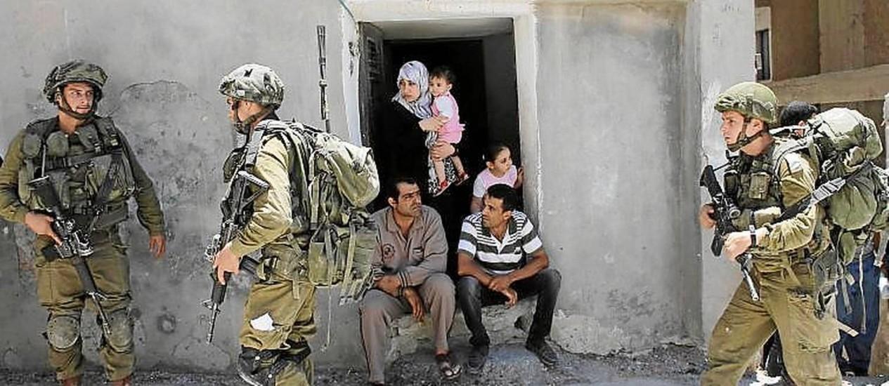 Buscas. Soldados israelenses patrulham vilas palestinas Foto: AMMAR AWAD/REUTERS