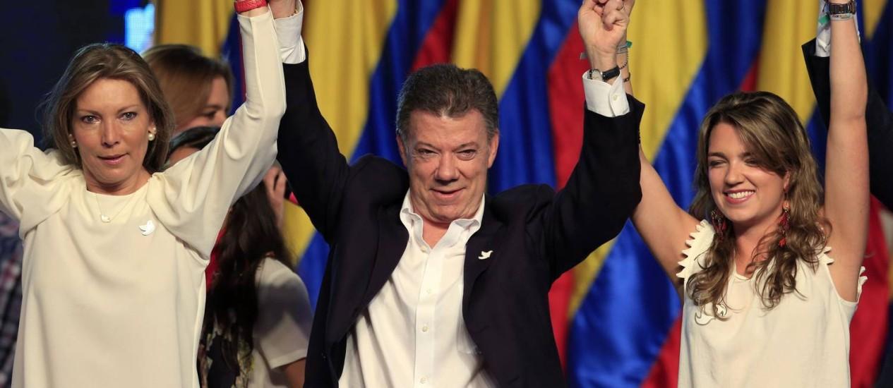 Juan Manuel Santos, presidente reeleito, com a mulher Maria Clemencia (à esquerda) e a filha Maria Antonia Foto: JOSE MIGUEL GOMEZ / REUTERS
