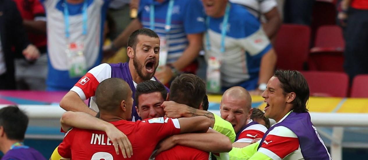 Jogadores da Suíça comemoram o gol da vitória sobre o Equador Foto: Jorge William / Agência O Globo