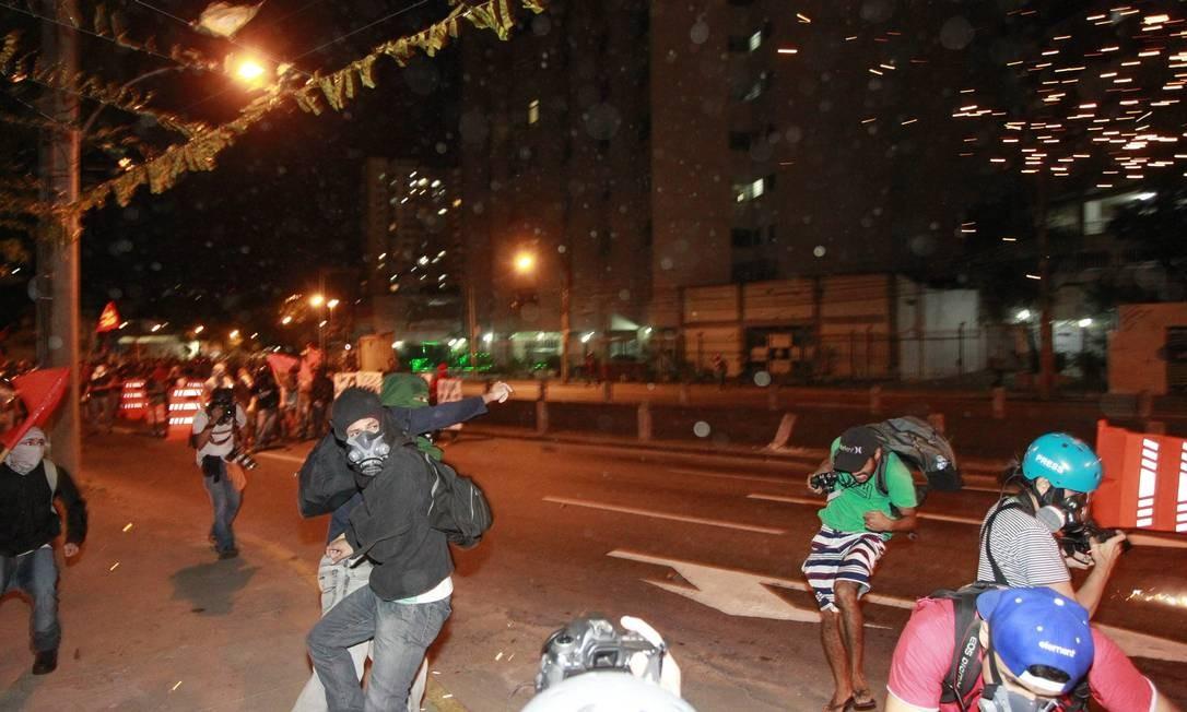 Grupo tentou se aproximar do Estádio do Maracanã Foto: Domingos Peixoto / Agência O Globo