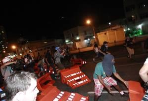 Cerca de 200 pessoas, algumas delas com rosto coberto, participaram do ato Foto: Domingos Peixoto / Agência O Globo