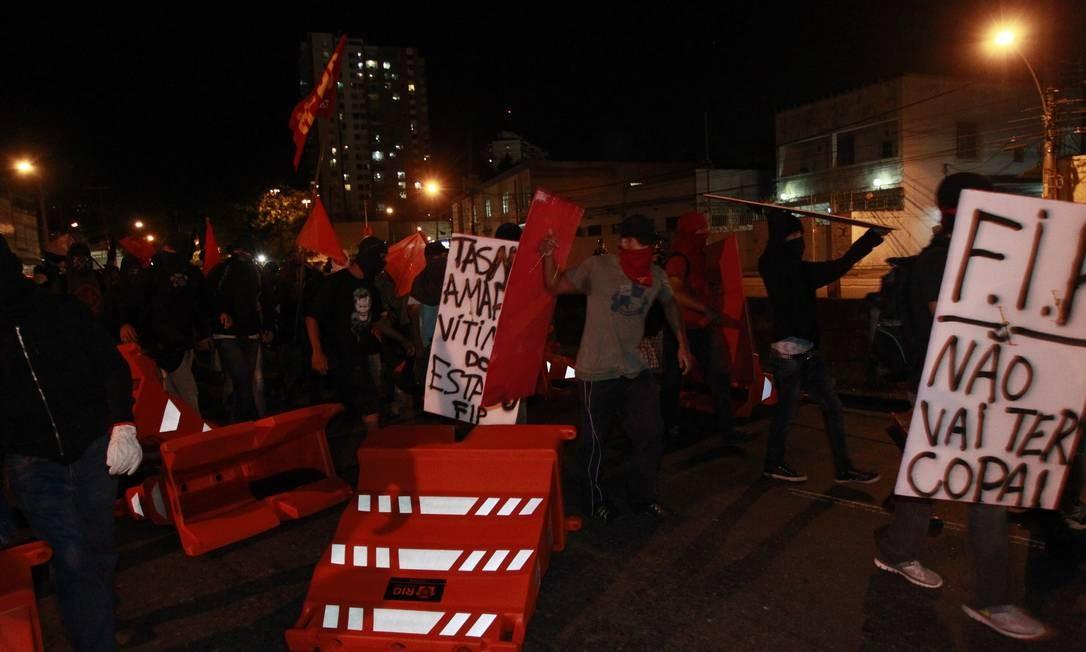 Manifestantes carregavam cartazes com frases contra a Fifa Foto: Domingos Peixoto / Agência O Globo