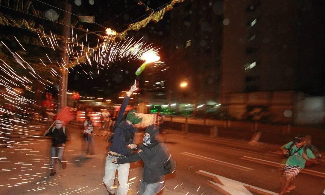 Manifestante lança coquetel molotov contra policiais militares Foto: Domingos Peixoto / Agncia O Globo