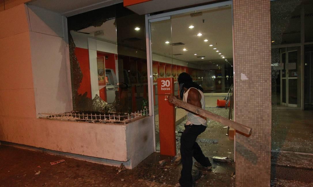 Em Vila Isabel, confronto terminou em depredação Foto: Domingos Peixoto / Agência O Globo