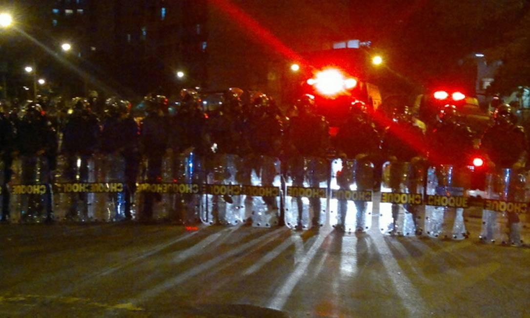 Policiais do Batalhão de Choque fazem barreira perto do Maracanã Foto: Bruno Amorim / O Globo