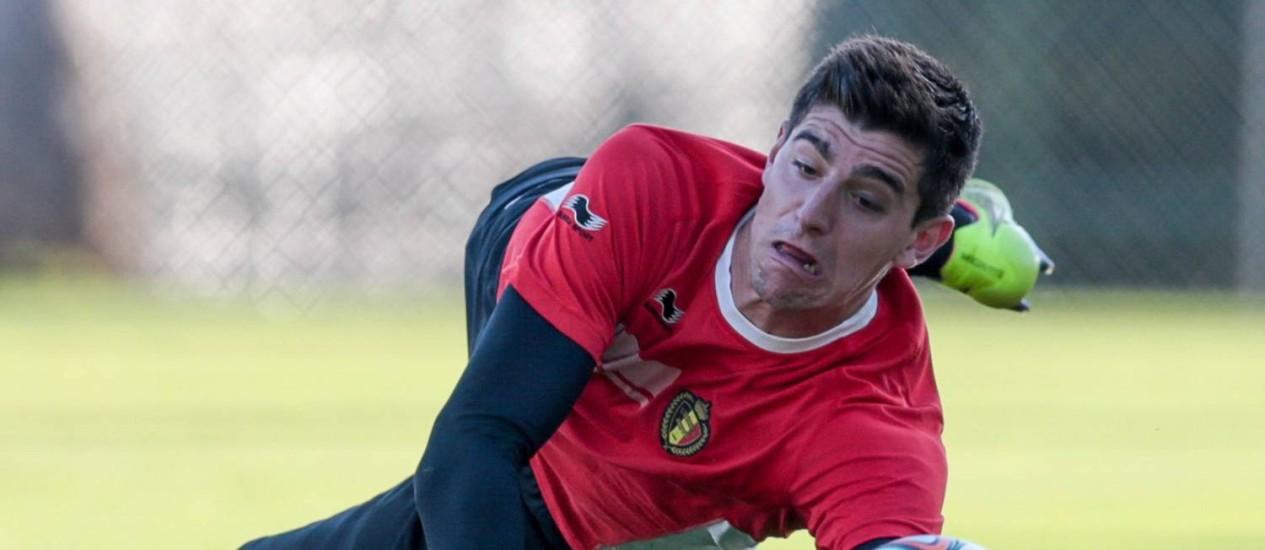 O goleiro Courtuois no treino da Bélgica em Venda Nova Foto: Pedro Kirilos / Agência O Globo