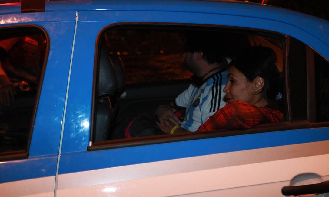 Reporter do jornal O GLOBO Vera Araújo é levada para a delegacia na Cidade da Polícia Foto: Pedro Teixeira / Agência O Globo