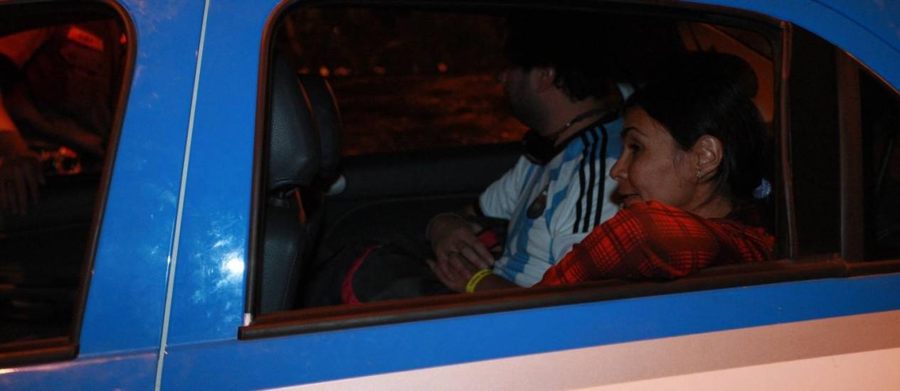 Repórter do jornal O GLOBO Vera Araújo é levada para a delegacia na Cidade da Polícia em 16/06/2014 Foto: Pedro Teixeira / O Globo