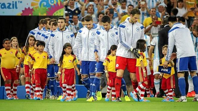 Crianças escolhidas em concurso entram no gramado do Maracanã com a Argentina Foto: Agência O Globo / Cezar Loureiro