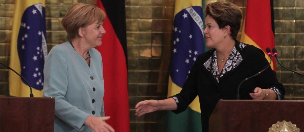 Dilma Rousseff cumprimenta Angela Merkel durante declaração para imprensa no Palácio da Alvorada Foto: Ailton de Freitas/Agência O Globo