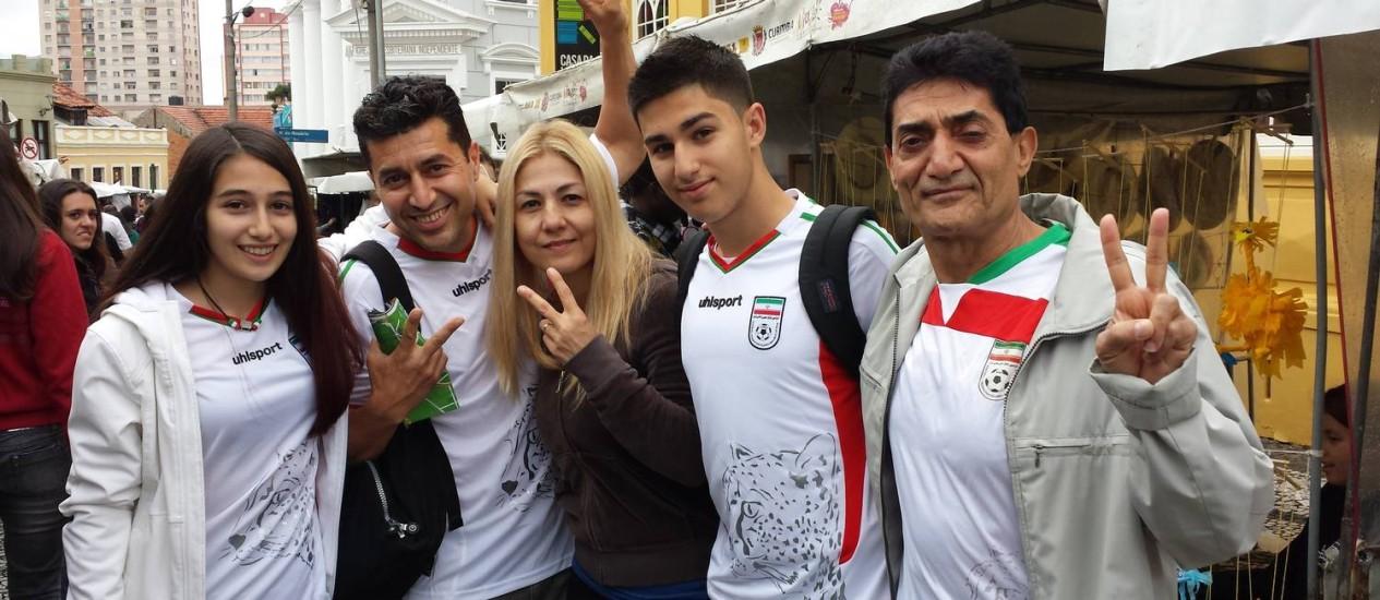 Família iraniana. Matheo (2º à esqueda) e o irmão Kiow (à dir.) em Curitiba. Foto: Henrique Gomes Batista