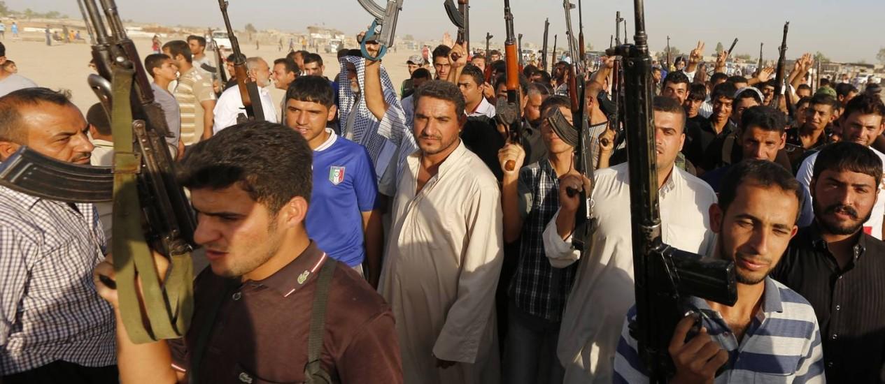 Incentivados e armados pelo governo iraquiano, civis formam milícias para apoiar o Exército Foto: THAIER AL-SUDANI / REUTERS
