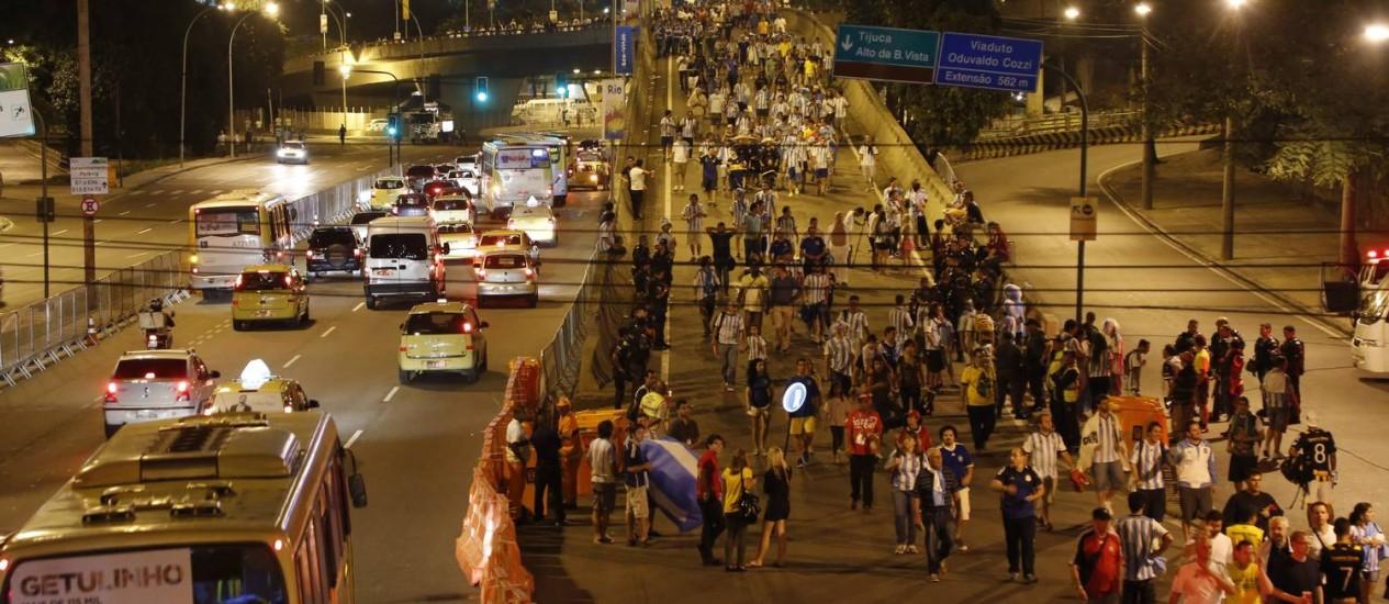 Torcedores deixam o Estádio do Maracanã após jogo entre Argentina e Bósnia Foto: Fabio Rossi / Agência O Globo