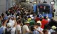 Torcedores esperam o metrô em Botafogo: mobilidade passa em teste