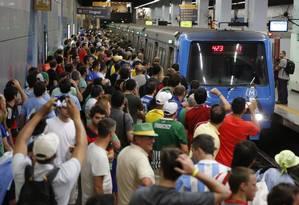 Torcedores esperam o metrô em Botafogo: mobilidade passa em teste Foto: Fabio Rossi / Agência O Globo