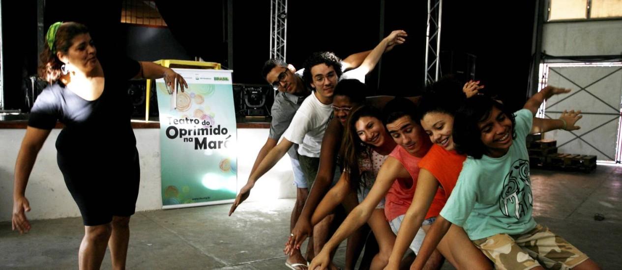 A professora Janna Salamandra (de preto) com jovens do Teatro do Oprimido: grupo passou a se dedicar mais aos estudos Foto: Luiz Morier