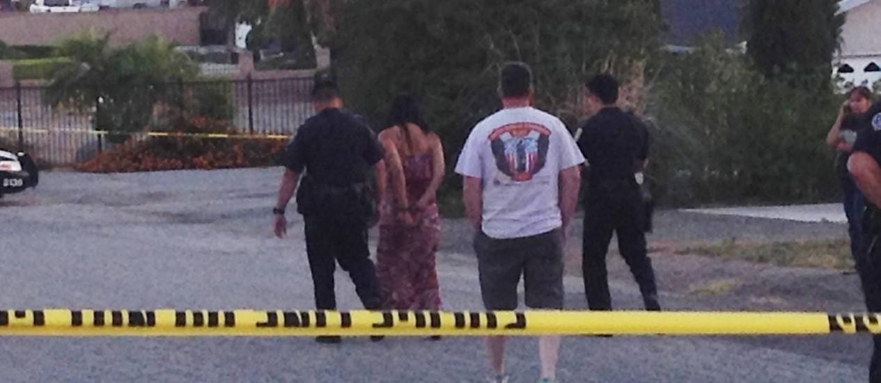 Autoridades levam Soukvilay Barton algemada após ela ser detida pela polícia Foto: Brian Rokos / AP
