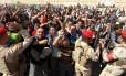 Homens iraquianos, que se voluntariaram para lutar contra os jihadistas, se reúnem em Bagdá antes de serem transportados para treinamento num acampamento de infantaria