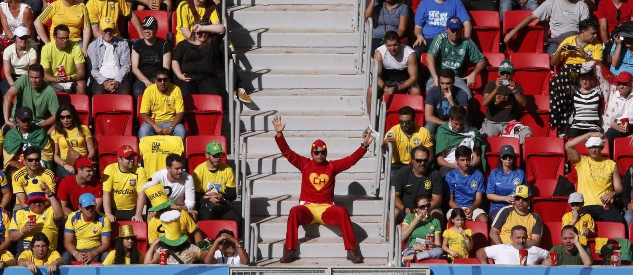 Jornal inglês relata que lugares vazios em partidas como Suíça e Equador, em Brasília, preocupam Fifa e COL Foto: DAVID GRAY / REUTERS
