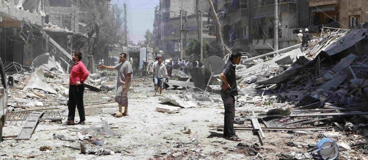 Moradores inspecionam área da cidade de Aleppo que teria sido alvo de bombardeios do regime sírio, segundo ativistas Foto: HOSAM KATAN / REUTERS