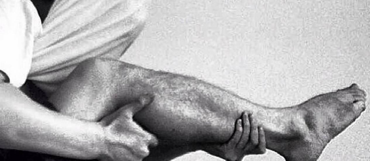 Artista dissidente chinês publicou fotos de diversas pessoas que fingiam usar pernas como armas Foto: Reprodução