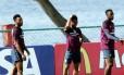 Daniel Sturridge (à esquerda) e Danny Welbeck (à direita) com o jovem Raheem Sterling no treino desta segunda-feira da Inglaterra