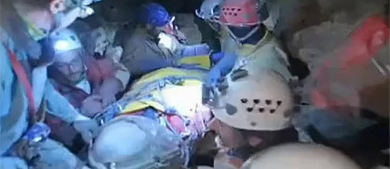 Socorristas ajudam a retirar o explorador alemão ferido de caverna na Alemanha Foto: Reuters